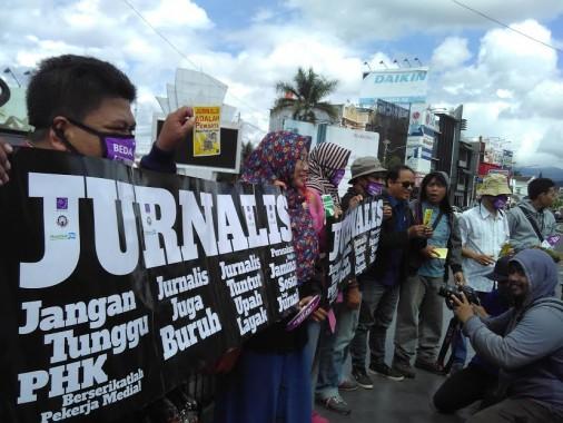 Hari Kebebasan Pers Internasional, Jurnalis di Lampung Bagikan Stiker