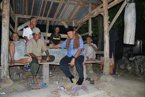 Bupati Lampung Tengah berbincang dengan warga yang sedang siskamling di Kampung Qurniamataram | Raeza/jejamo.com