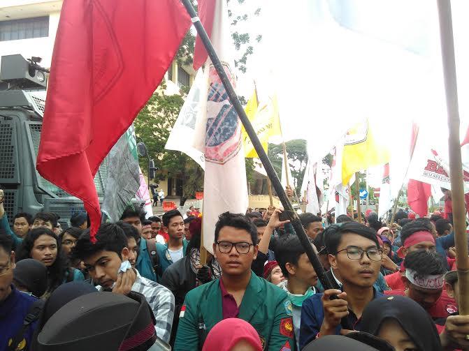 Pusat Perjuangan Rakyat Lampung (PPRL) melakukan aksi di Kantor Gubernur Lampung, Senin, 2/5/2016 | Andi/jejamo.com