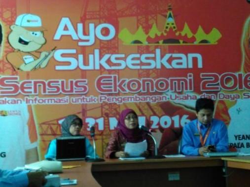 Kepala BPS Provinsi Lampung Yeane Irmaningrum S. (tengah) saat ekspose, rabu, 4/5/2016. | Widyaningrum/Jejamo.com
