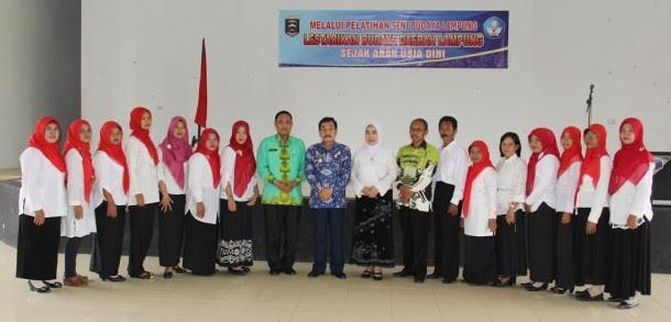 Achmad Chrisna Putra dan Pengrajin Kain Batik Kota Metro usai dikukuhkan | Tyas/jejamo.com