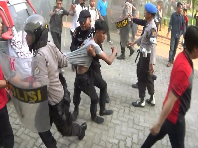 Mahasiwa IAIN Raden Intan Lampung Bentrok dengan Polisi dan Satpam Kampus