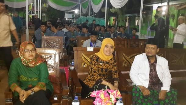 Bupati Lampung Timur Chusnunia Chalim pada saat menghadiri pembukaan pelantikan pengurus IPNU di Desa Banjar Rejo Kecamatan Batanghari | Suparman/jejamo.com