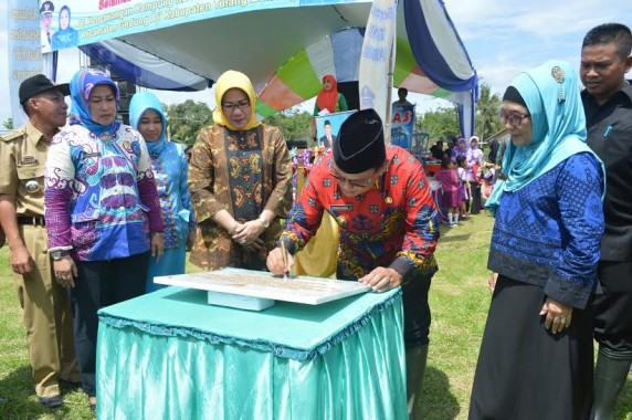 Bupati Tulang Bawang menandatangani prasasti pencanangan Kampung KB | Buhairi/jejamo.com