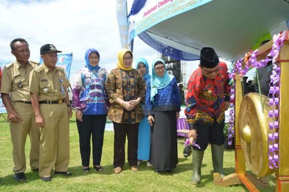 Bupati Tulang Bawang memukul gong dalam acara pencanangan Kampung KB | Buhairi/jejamo.com
