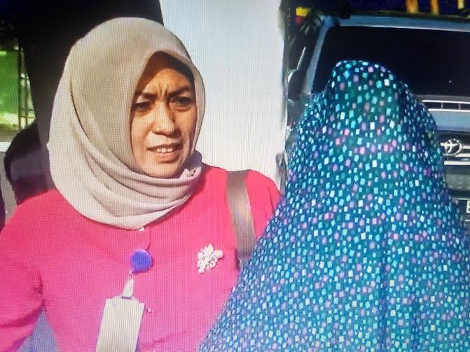 YL (16) (jilbab biru) saat melaporkan kasusnya kepada Kapolda Lampung. Kamis 12/5/2016 | Andi/jejamo.com