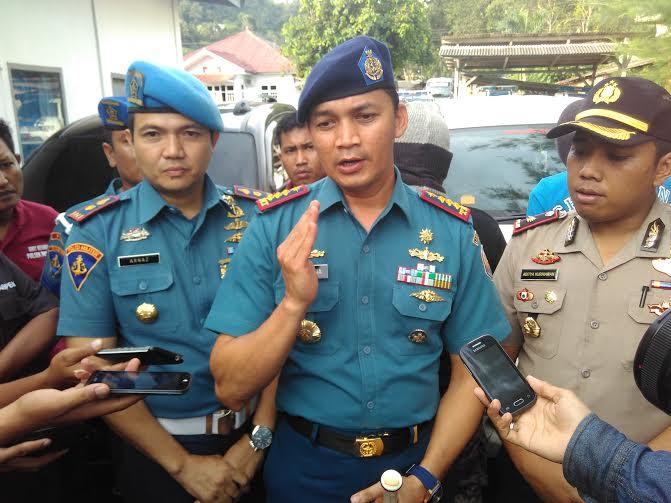 Komandan Pangkalan TNI Angkatan Laut Lampung Kolonel Laut (P) Yana Hardiyana (tengah) didampingi Kapolsek Panjang Kompol Adtya Kurniawan | Andi/jejamo.com