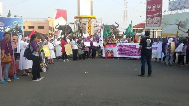 - Puluhan perempuan menggelar aksi solidaritas untuk mendesak DPR RI segera mengesahkan Rancangan Undang Undang Penghapusan Kekerasan Seksual terhadap wanita | Tama/jejamo.com