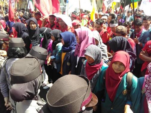 Ratusan buruh dan mahasiswa yang menggelar aksi demo dalam memperingati Hari Buruh Sedunia dan Hari Pendidikan Nasional (Hardiknas) melakukan aksi jalan kaki dari Masjid Agung Al-Furqon menuju Kantor Gubernur Lampung, Senin 2/5/2016. | Andi Apriyadi/Jejamo.com