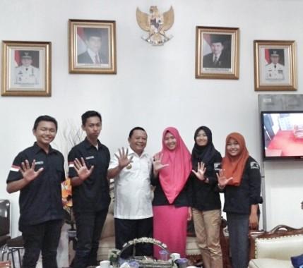 Kepala Diskominfo Lampung Sumarju Saeni saat menerima panitia Festival Film Islami yang diadakan UKMF Rumah Film KPI IAIN Raden Intan Lampung, kemarin. | Ilham/Jejamo.com