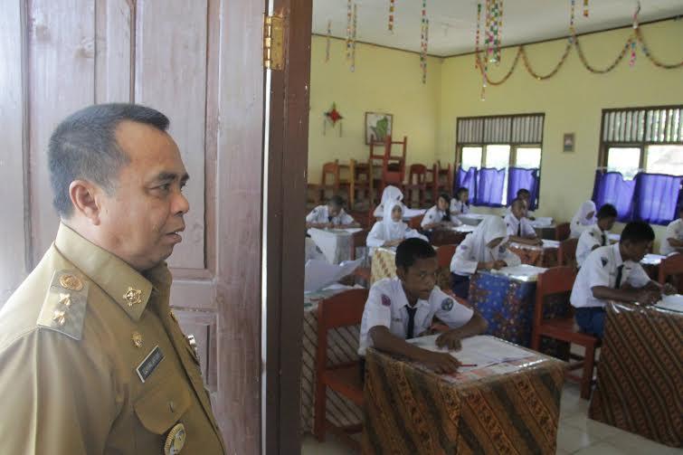 Wakil Bupati Way Kanan Edward Antony meninjau pelaksanaan ujian nasional (UN) sekolah menengah pertama (SMP), Senin, 9/5/2016 | ist