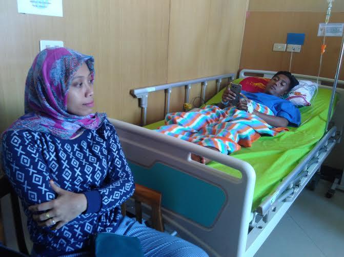 Fatikhatul Khoiriyah saat mendampingi Pupung adiknya di Rumah Sakit Urip Sumoharjo | Andi/jejamo.com