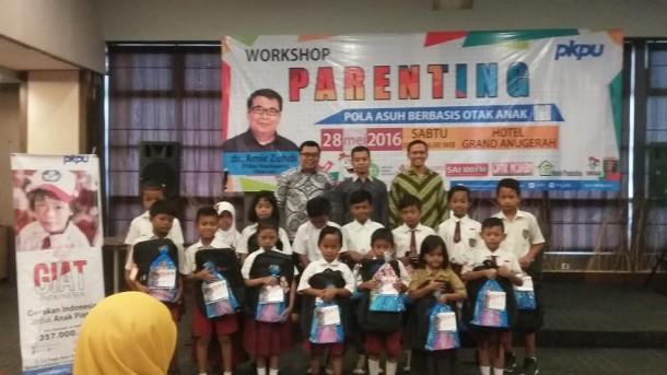 PKPU Lampung melakukan sesi foto bersama pelajar tingkat SD saat yang mendapatkan program GIAT di Hotel Grand Anugerah, Sabtu, 28/5/2016 | Tama/jejamo.com
