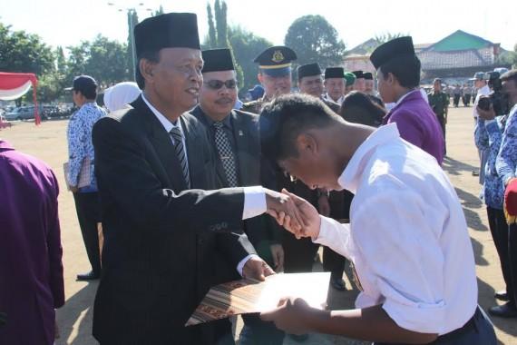 Hardiknas, Wali Kota Metro Serahkan Penghargaan kepada Guru Berprestasi