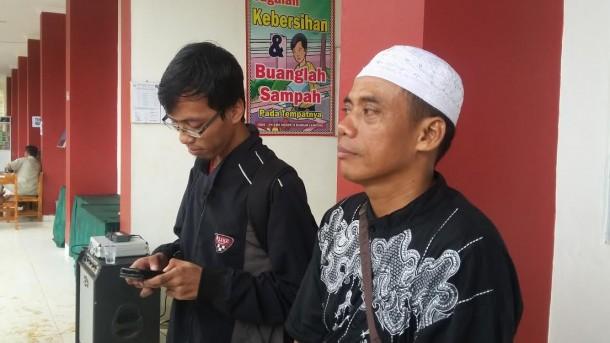 Hartono (kanan), warga Kelurahan Susunan Baru, Bandar Lampung. | Arif Wiryatama/Jejamo.comm