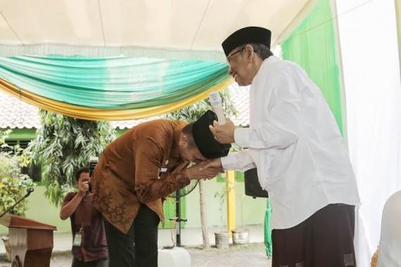 KH Hasyim Muzadi Dimakamkan Secara Militer