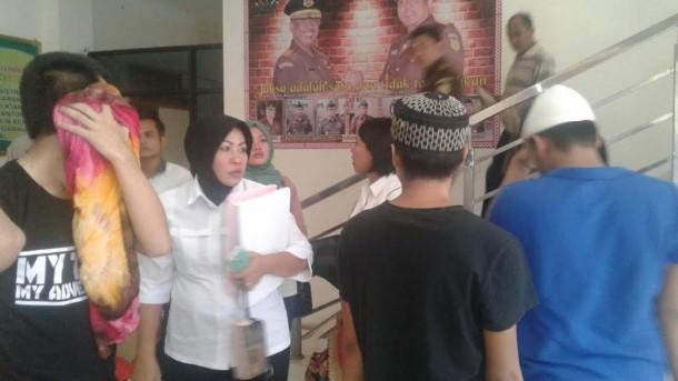 Lima Tesangka Muncikari kasus prostitusi artis dangdut Hesti Klepek-Klepek dilimpahkan ke Kejaksaan Tinggi (Kejati) Lampung, Rabu 11/5/2016 | Andi/jejamo.com