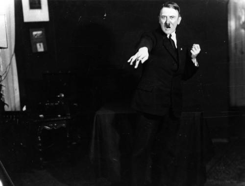 Setelah 90 Tahun, Foto Hitler Latihan Pidato Akhirnya Dilepas