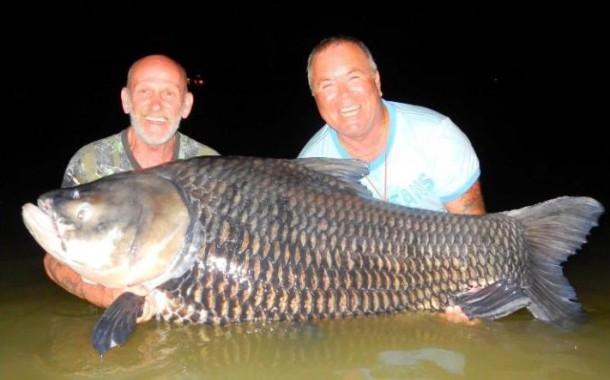 Memancing Dengan Umpan Abu Mayat, Dua Pria Ini Dapat Ikan Raksasa