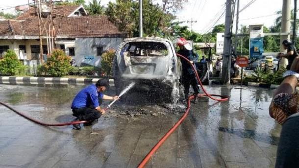 Mobil Innova Milik Warga Metro Terbakar di Halaman Parkir Dunkin' Donuts