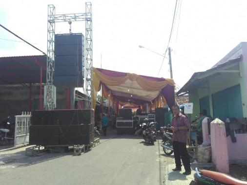 Jalan H Nasir, Kotabaru, Tanjungkarang Timur, Bandar Lampung, tidak bisa dilewati kendaraan karena digunakan warga yang menggelar hajatan, Minggu, 8/5/2016. | Andi Apriyadi/Jejamo.com