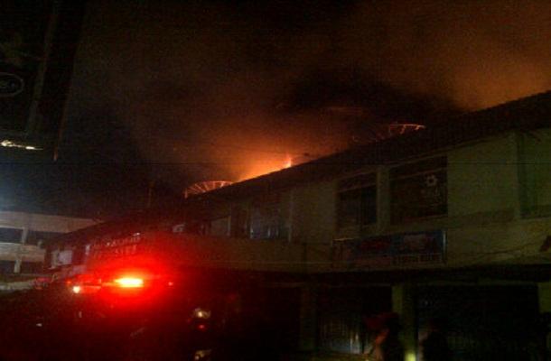 Breaking News: Kebakaran Pasar Induk Pringsewu jadi Tontonan Warga