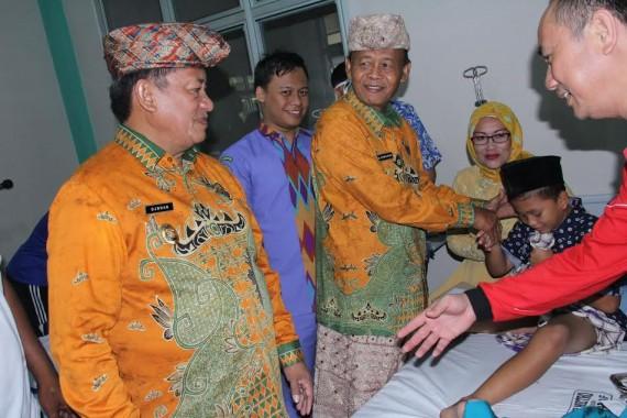 Wali Kota Metro Pairin memberikan hadiah kepada anak peserta khitanan massal di Rumah Sakit Umum Daerah Ahmad Yani, Jumat, 27/5/2016. | Tyas Pambudi/Jejamo.com