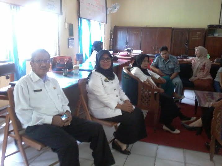 Wakil Kepala SMPN 2 Kotabumi Sumarno (kiri) dan Kepala Sekolah Isroh (kanan). | Mukaddam/Jejamo.com