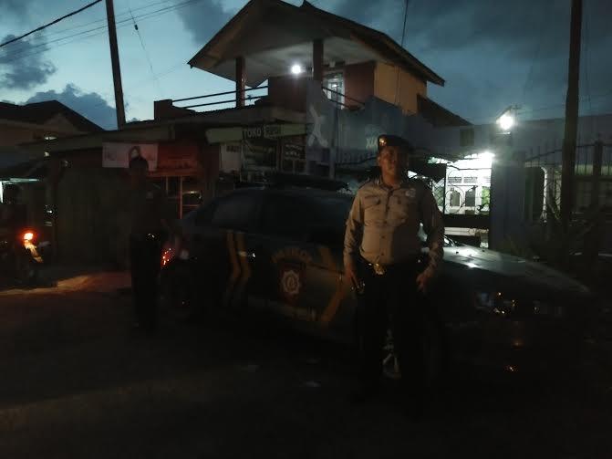 Anggota Polisi menjaga kediaman korban pembacokan | Raeza/jejamo.com