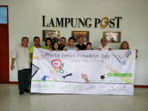Jurnalis Lampung Post Bentangkan Banner Hari Kemerdekaan Pers Internasional