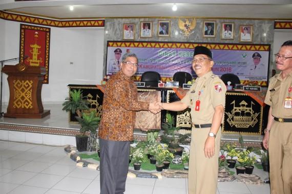 Asisten III Pemkab Lampung Utara Efrizal Arsyad (kanan) menyerahkan cenderamata kepada Direktur Jenderal (Dirjen) Gizi Masyarakat Kementrian Kesehatan Dodi Izwardi. | Lia/Jejamo.com