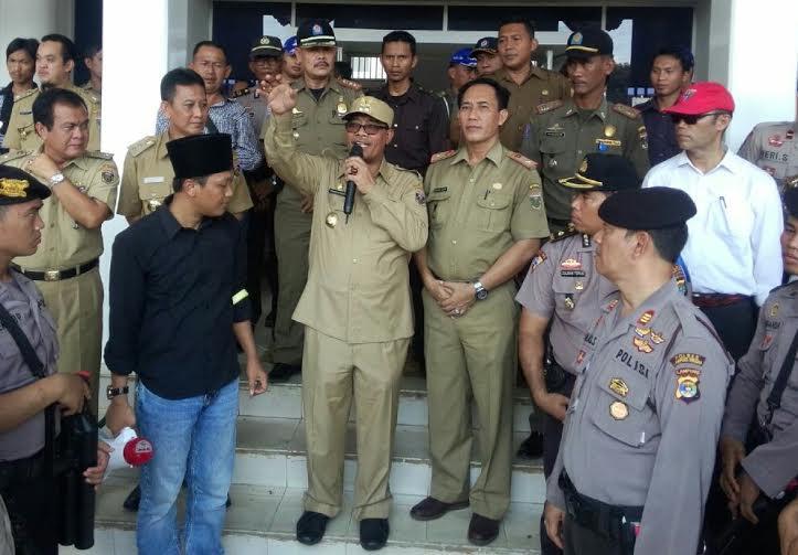 Wakil Bupati Lampung Tengah Loekman Djoyosoemarto menerima orasi para demonstran yang melaporkan Kakam Sendang Mulyo kepada Kajari Lamping Tengah | Raeza/jejamo.com