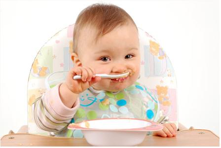 Ini Tanda-tanda Bayi Anda Siap Makan Makanan Padat Pendamping ASI