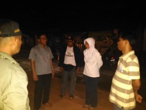 Asisten I Sekretariat Daerah (Setda) Kota Metro Masnuni (dua dari kiri) saat melihat kondisi pedagang di Lapangan Samber, tadi malam. | Tyas Pambudi/Jejamo.com