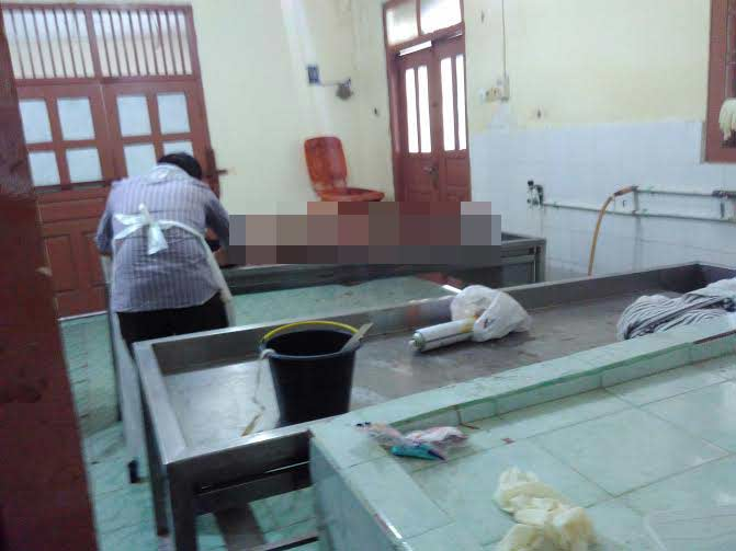 Petugas RSUDAM Lampung sedang melakukan visum terhadap mayat | Andi/jejamo.com