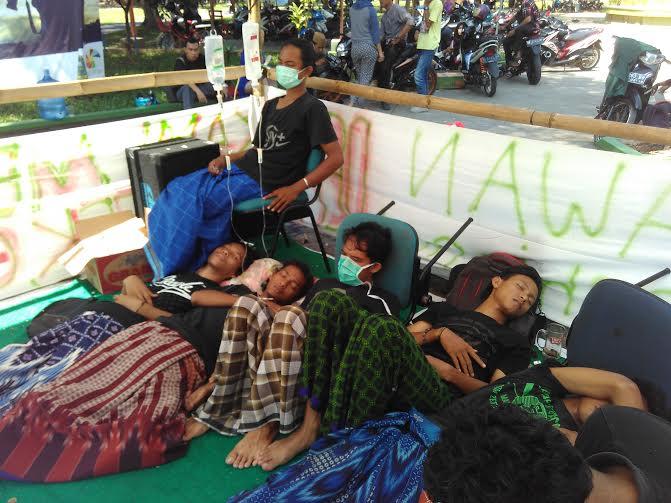 Sejumlah mahasiswa  IAIN Raden Intan Lampung dai UKM-SBI IAIN menggelar aksi mogok makan di depan halaman perpustakaan kampus setempat, Kamis, 19/5/2016 | Andi/jejamo.com