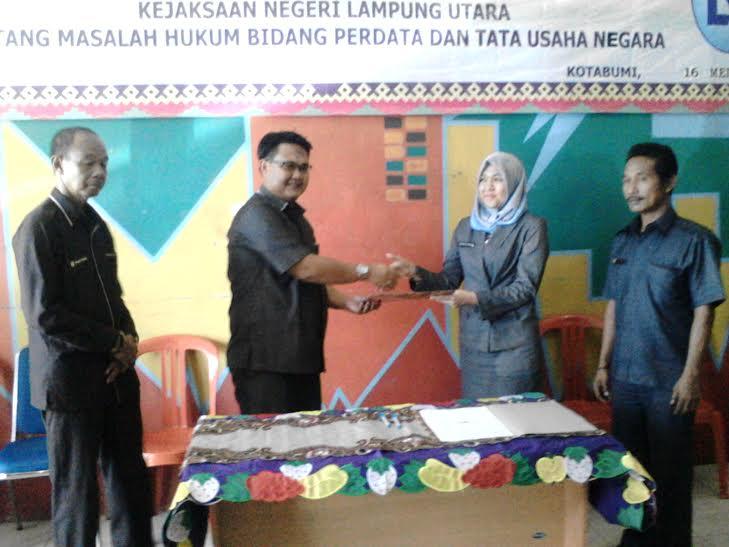 Perusahaan Daerah (PD) Lampura Niaga, Lampung Utara, menandatangani kesepakatan bersama (MoU) dengan Kejaksaan Negeri Kotabumi, Senin, 16/5/2016 | Lia/jejamo.com