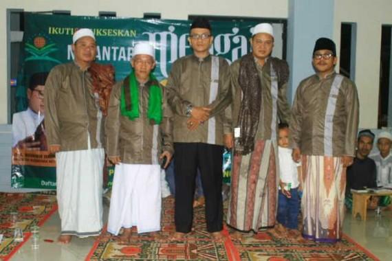 Ketua Umum MUI Bandar Lampung Suryani M Nur (tengah) dalam program Nusantara Mengaji di sejumlah pondok pesantren di kota ini, tadi malam. | Ist