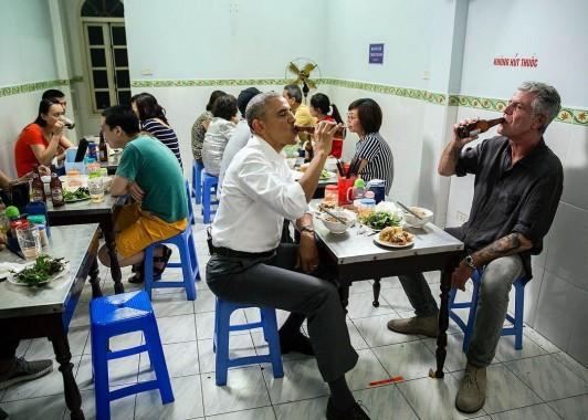 Pemandangan Langka! Presiden Obama Duduk di Kursi Plastik Saat Makan Mi Vietnam