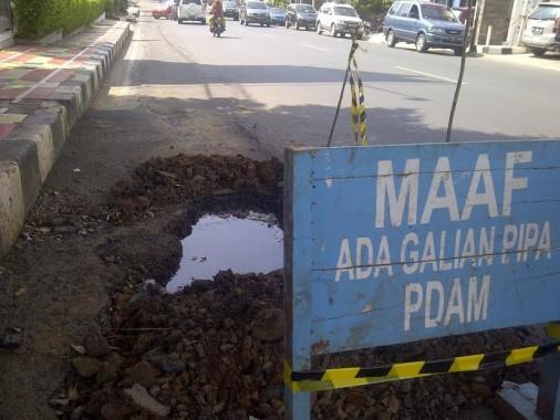 Lubang Galian PDAM Way Rilau Bandar Lampung Bikin Jalan Tidak Rata