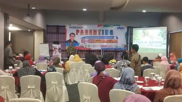 Ketua pelaksana Workshop Parenting, Waskito Are saat memberi sambutan pada Workshop Parenting tentang pola asuh berbasis otak anak di Hotel Grand Anugerah, Sabtu, 28/5/2016 | Tama/jejamo.com