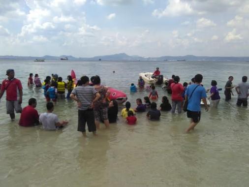 Beredar Kabar Seekor Buaya Lepas, Pantai Mutun Tetap Ramai Dikunjungi