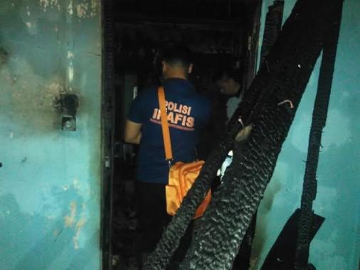 Petugas Inafis Polresta Bandar Lampung  Selidiki Penyebab Kebakaran Rumah di Jalan Purnawirawan