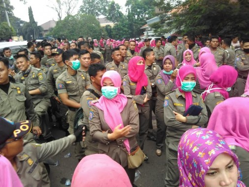 Ribuan anggota Polisi Pamong Praja menggelar demo di Kantor Pengadilan Negeri (PN) Tanjungkarang, Kamis 26/5/2016. | Andi Apriyadi/Jejamo.com