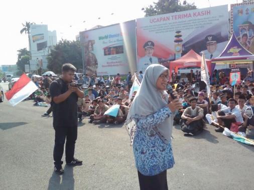 Rita Aprilyawati, guru SMAN 2 Bandar Lampung, memberikan orasi dalam pawai simpatik Ramadan di Tugu Adipura, Jumat, 20/5/2016. | Adian Saputra/Jejamo.com