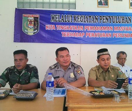 Kanit Bintibmas Polres Lampung Timur Bripka Wiyanto (tengah). Suparman/Jejamo.com