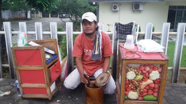 Demi Menafkahi Anak Istri, Warga Brebes Ini Rela Merantau ke Lampung Berjualan Rujak Bebeg