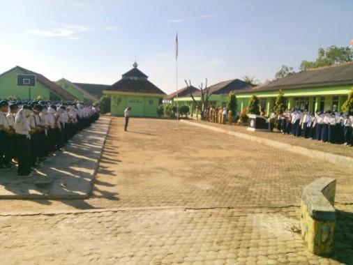Upacara di halaman SMPN 1 Sekampung, Lampung Timur, Senin, 16/5/2016. | Suparman/Jejamo.com