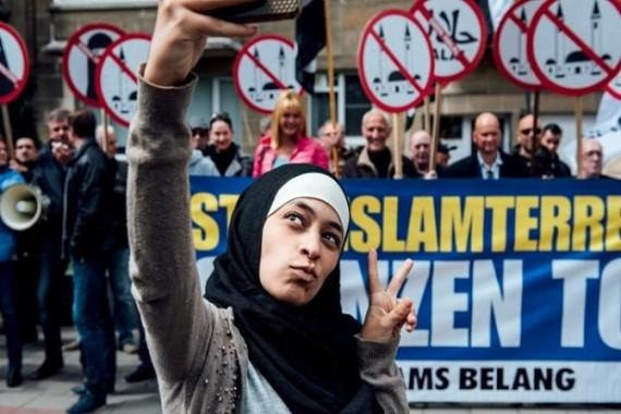 Aksi Nekat Wanita Muslim di Hadapan Pendemo Anti-Islam Belgia