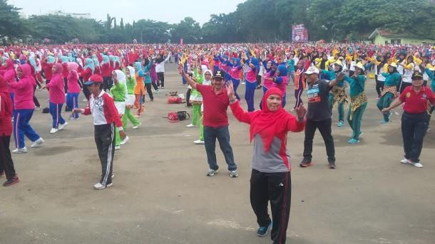 Ribuan peserta meramaikan Senam Bandar Lampung Gembira di Lapangan Enggal, Minggu, 1/5/2016. | Arif Wiryatama/Jejamo.com